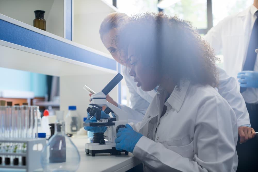 Twee vrouwen met microscoop