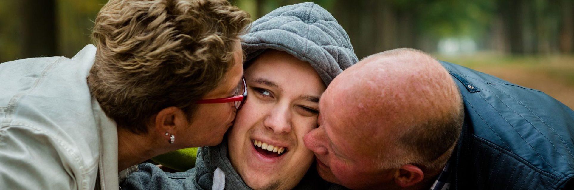 Ouders die kind kus geven